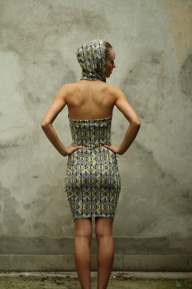 Rückenfreies Kapuzenkleid mit ethno Muster