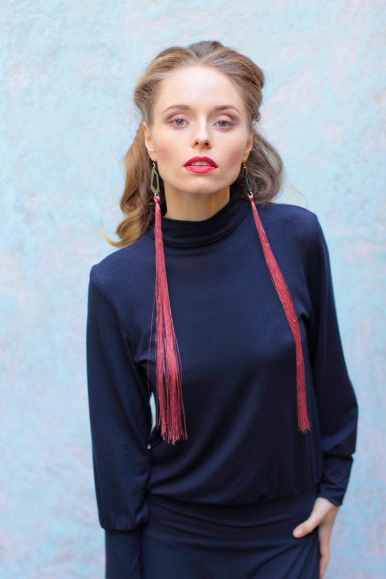 blaues Turtleneck Kleid